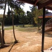 Le club-house depuis les boxes des chevaux : allée couverte
